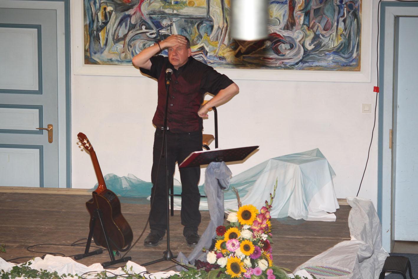 Matthias Schlicht - wie er die Kirche von hinten spiegelt / Foto: Gudrun Fischer-Santelmann