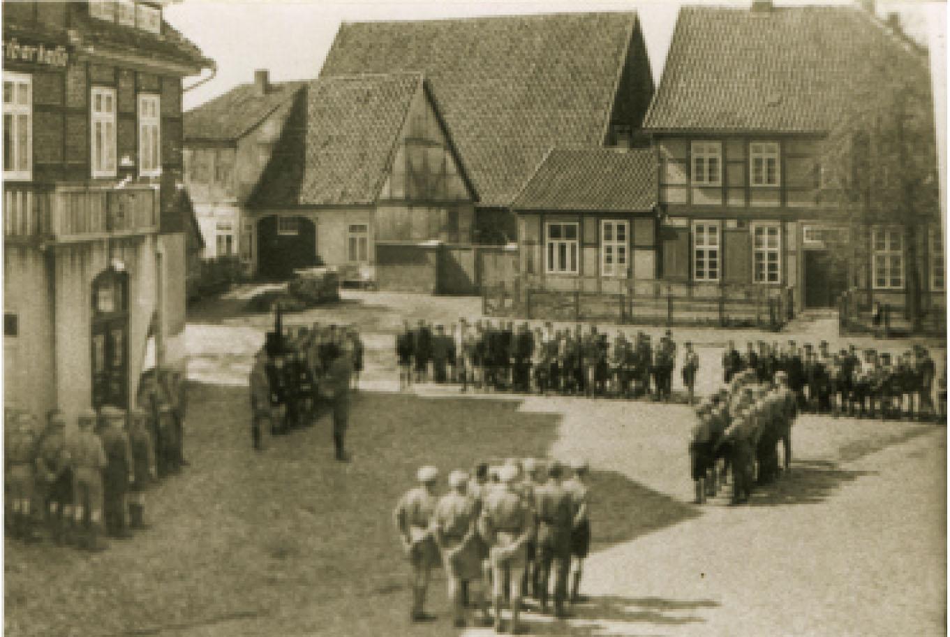 Vor dem Rathaus: Hitlerjungen werden in die SA übernommen / Foto: August Jahns - Stadtarchiv - Chronik Rethem