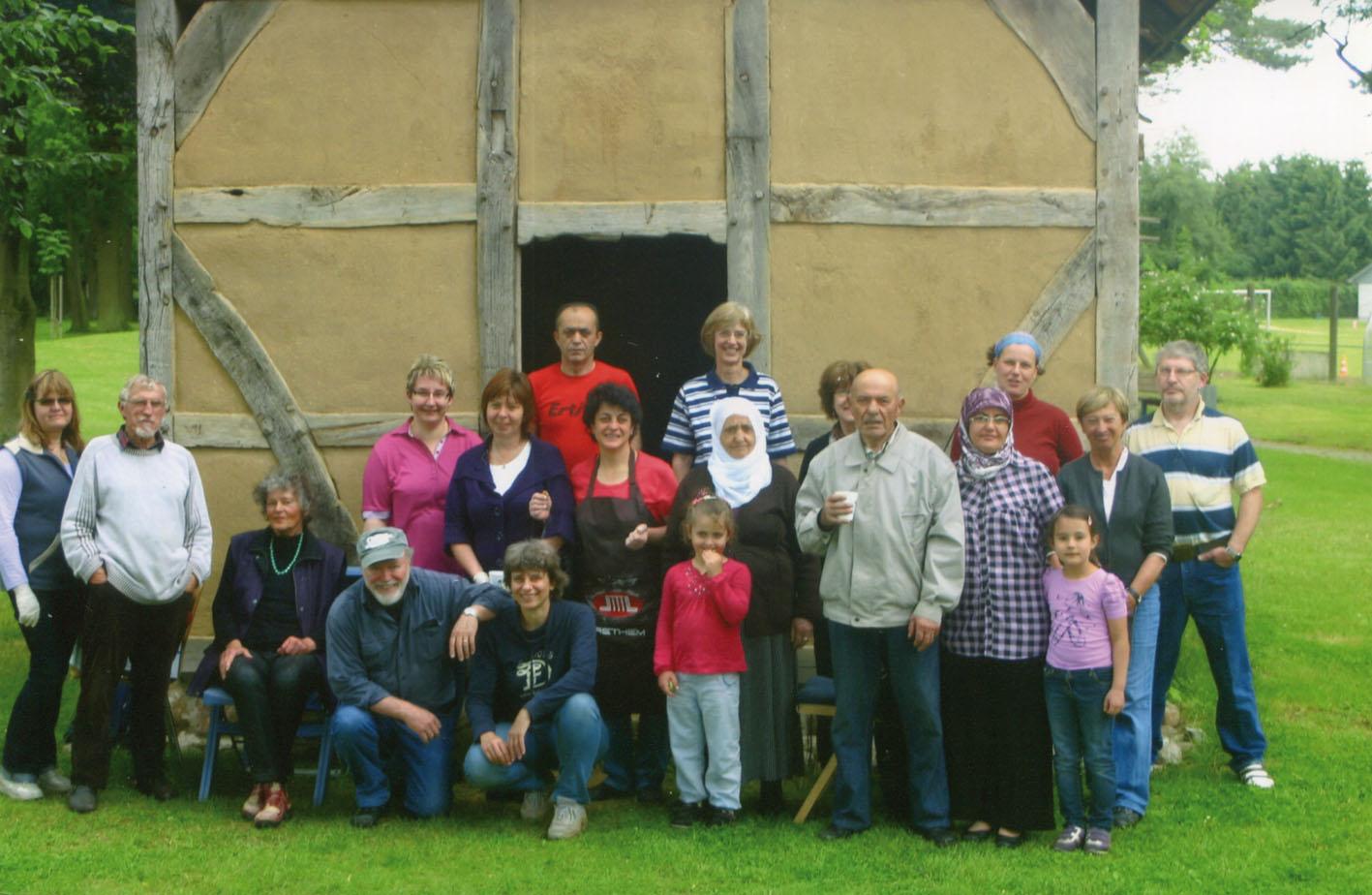 Die Versammlung der Helfer vor dem Backhaus / Foto: Dieter Moll